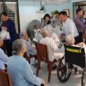 Thăm và tặng quà cho quý sơ cao niên dòng Mến Thánh Giá Thủ Thiêm