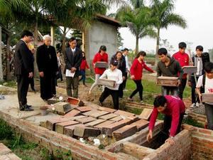 Đức Cha Cosma Hoàng Văn Đạt thăm nghĩa trang thai nhi