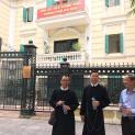 Tu sĩ và bà con giáo dân Thái Hà xuống đường gửi Đơn Khiếu Kiện Khẩn Cấp